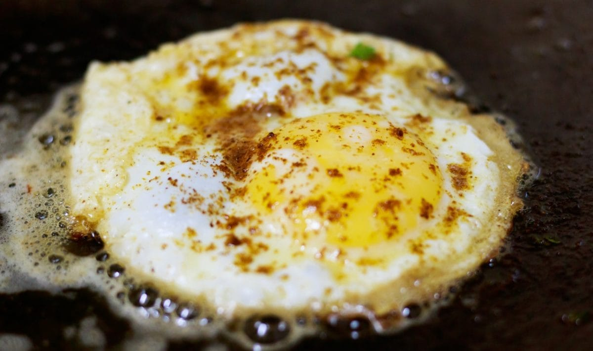 egg frying with olive oil