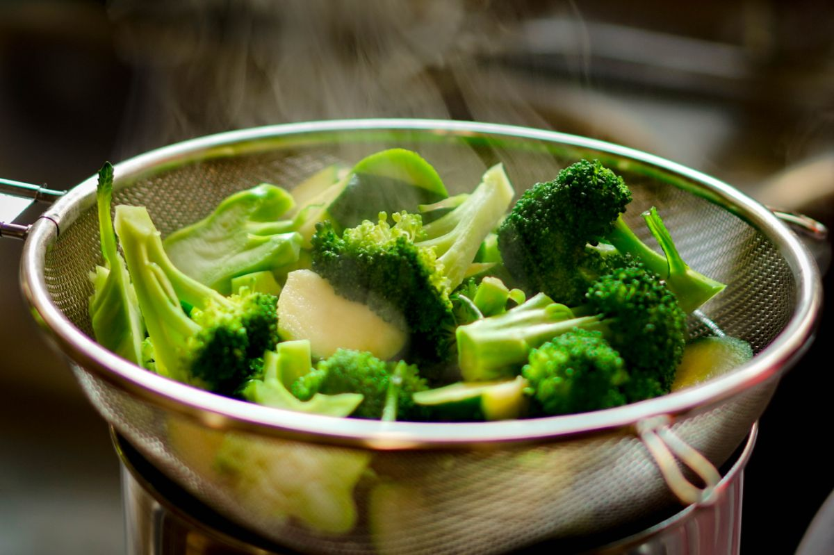 Steaming broccoli in a strainer